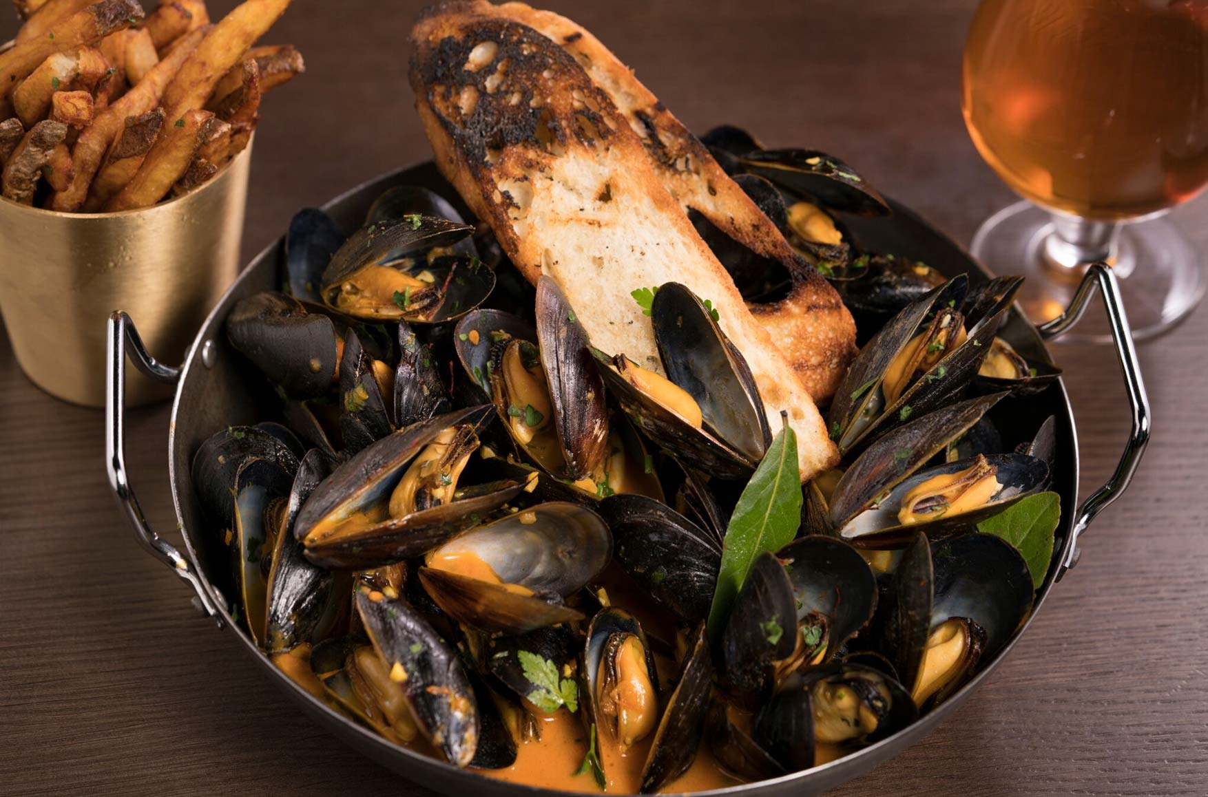 Mussels and toasted bread with beer